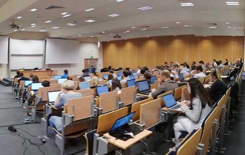 Kozminski là một trường đại học kinh doanh phi lợi nhuận, nghiên cứu và đưa ra cho học sinh các chương trình giảng dạy bậc nhất thuộc hạng cử nhân