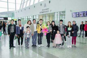 Học viên Phạn Thanh Duy chụp ảnh ký niệm cùng gia đình và bạn bè