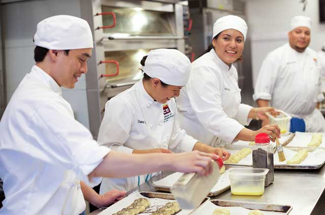 Ba Lan là đất nước thu hút được rất nhiều các khách du lịch trên thế giới, chính vì thế tại đây có rất nhiều nhà hàng, khách sạn và đầu bếp là nghề không thể thiếu.