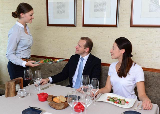 Học ngành khách sạn sẽ được đào tạo từ giao tiếp đến quản lý các dịch vụ.