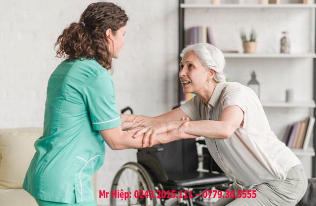 Điều dưỡng hỗ trợ những người già đi lại